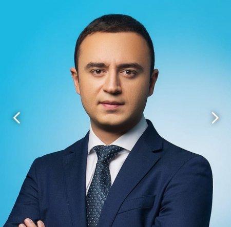 Deputat Nurlan Həsənov seçicilərlə oyun oynayır.